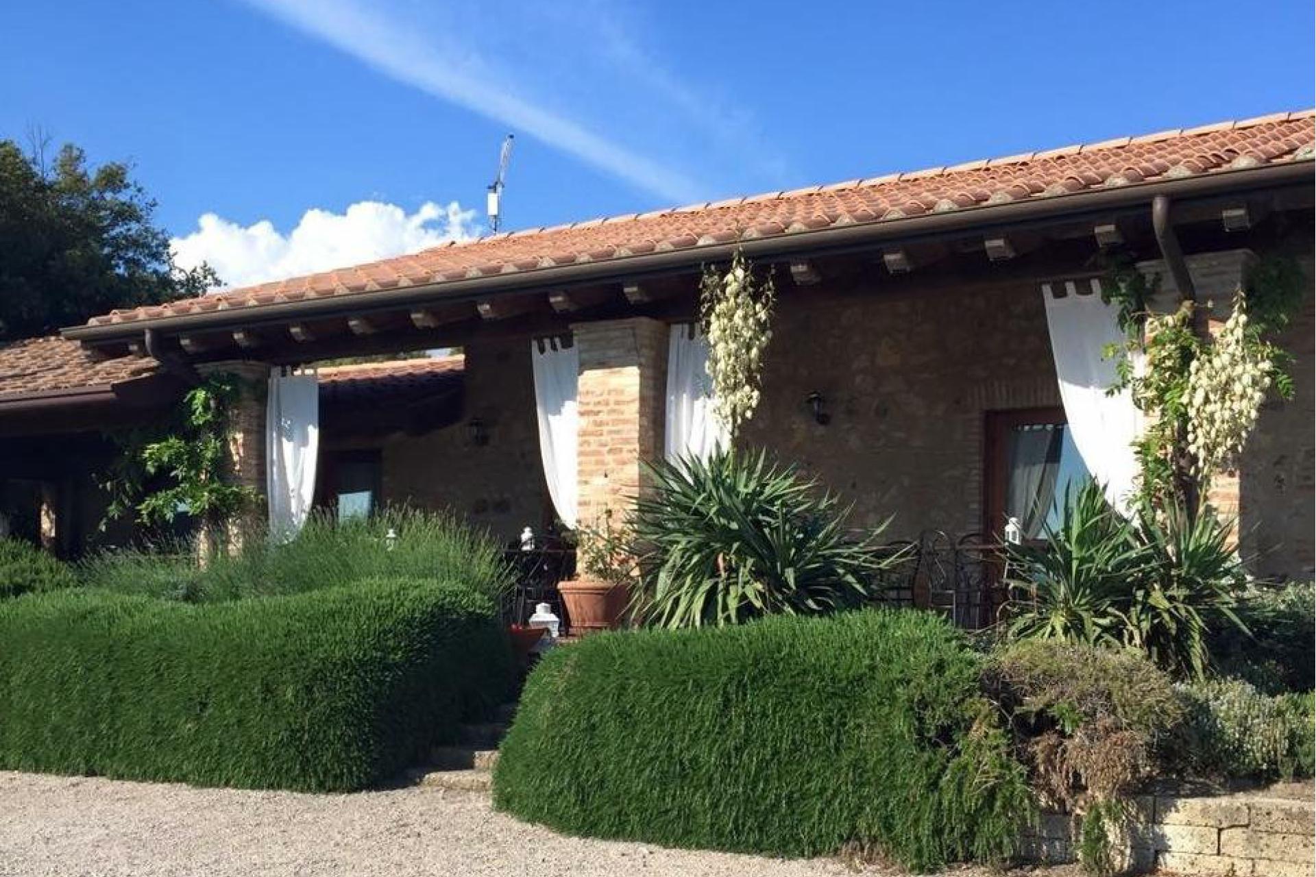 Agriturismo Tuscany Agriturismo between vineyards south of Siena